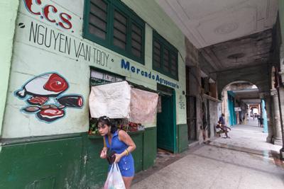 Muchacha saliendo del mercado.  Foto: Juan Suárez