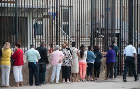 Los que están cerca de entrar a la Sección de Intereses.  Foto: andes.info.ec
