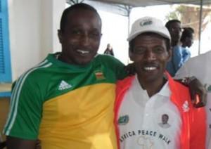 Alberto Cuba (izq.) junto al célebre corredor etíope Haile Gebrselassie.
