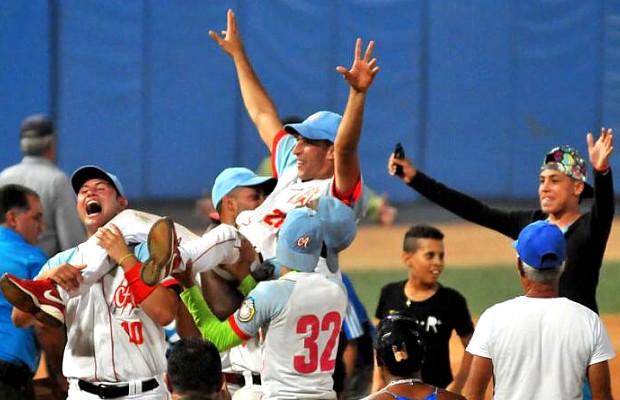 El lanzador derecho Yander Guevara levantado en brazo por sus compañeros después del triunfo de Ciego de Avila, 7-2, ante Isla de la Juventud en el Juego 7 de la Final de Cuba 2015. (Foto por Ricardo López Hevia)
