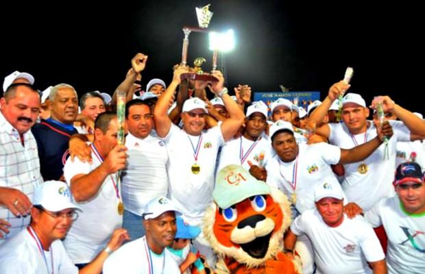 Los coronados campeones de Cuba 2015, los Tigres de Ciego de Avila, al centro su mentor Roger Machado exhibe el trofeo de titular de Cuba. (Foto por Ricardo López Hevia)