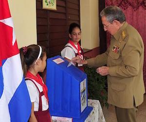 Raul Castro votando el domingo 19 de abril.
