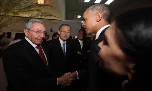 Raul Castro y  Barack Obama dando la mano en la Cumbre de Las Américas el 10 de Abril, 2015 en Panamá.  Foto: telesur.net