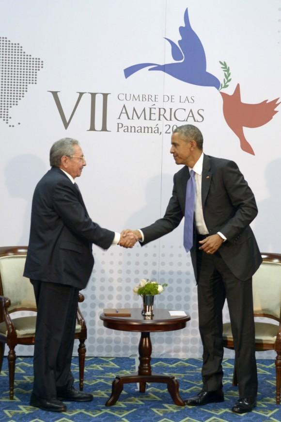 Raul Castro y Barack Obama reunen en la Cumbre de las Américas.  Foto: Estudios Revolución