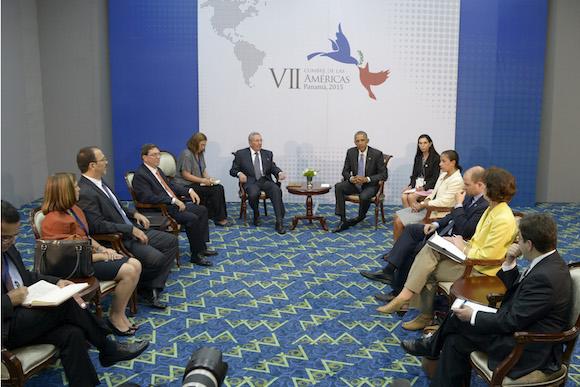 La reunión entre Castro y Obama con sus acompañantes.  Foto: Estudios Revolución.