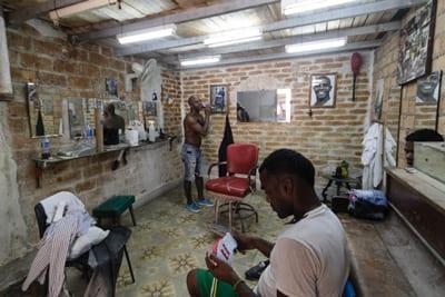 Barberia particular en La Habana.  Foto: Juan Suárez