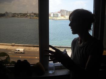 Junto a la ventana en el apartamento donde vivía Alfredo.