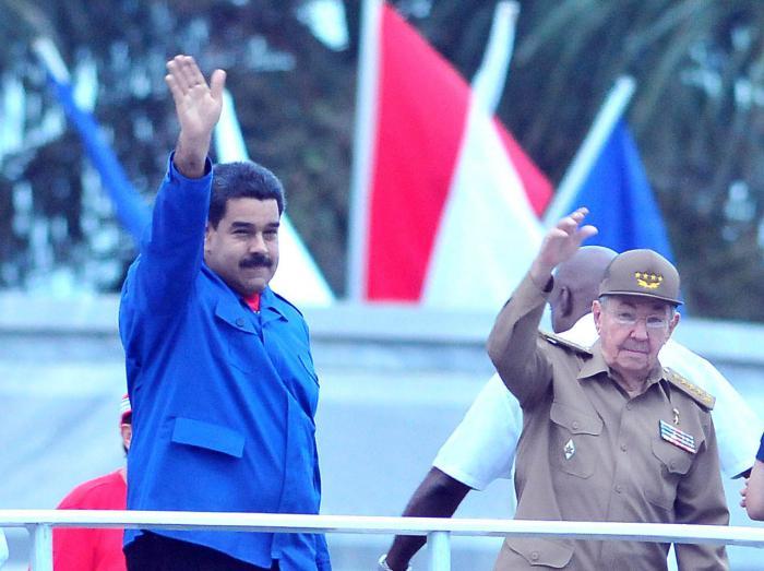 Nicolás Maduro y Raúl Castro en la Plaza de la Revolución de La Habana, 1ero de mayo 2015.  Foto: Ricardo López Hevia