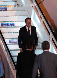 Llegada del Presidente de Francia Francois Hollande a La Habana. Fue recibido en el Aeropuerto Internacional José Martí por el Vice Canciller cubano Rogelio Sierra. Foto: Ismael Francisco/Cubadebate.