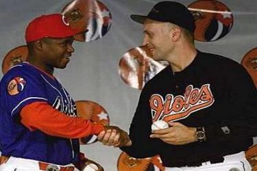 Omar Linares y Carl Ripken saludan durante el tope entre Cuba y los Orioles de Baltimore en 1999.  Foto: cubatrabajadores.cu
