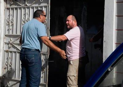 Este es uno de los matones en plena faena, impidiéndole al fotógrafo Mastrascusa hacer el trabajo para el que está acreditado en Cuba.