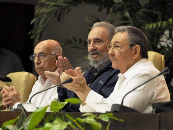Machado Ventura, Fidel y Raúl Castro cuando el VI Congreso del Partido Comunista de Cuba en Abril 2011.  Foto: jueventudrebelde.cu