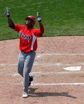 Roel Santos cruza el plato después de su jonrón del sexto inning ante Colommbia. (Foto por Julio Cortéz)