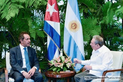 Daniel Scioli y Raúl Castro en La Habana.