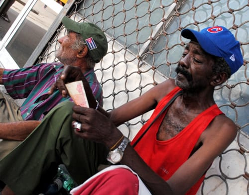 ancianos-en-la-calle