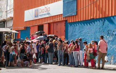 El desabastecimiento de los mercados se agudizó en el último año, lo que tiene a los venezolanos haciendo filas en los supermercados en busca de bienes de consumo escasos. Foto: Caridad