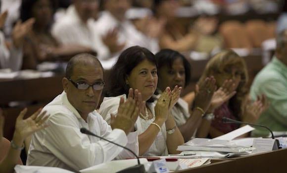 Hubo muchos aplausos en el plenario de la Asamblea Nacional.  Foto: Ismael Francisco/cubadebate.cu