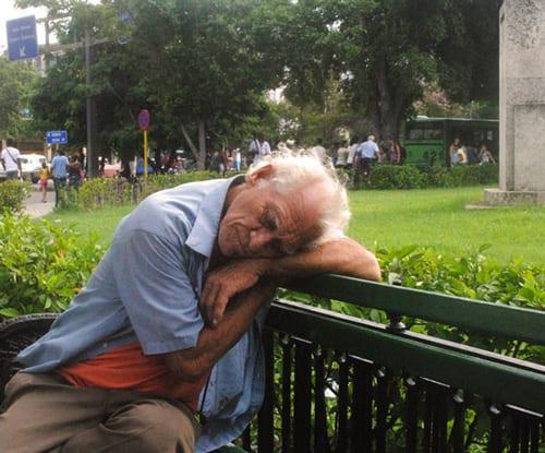 viejo-durmiendo-en-parque