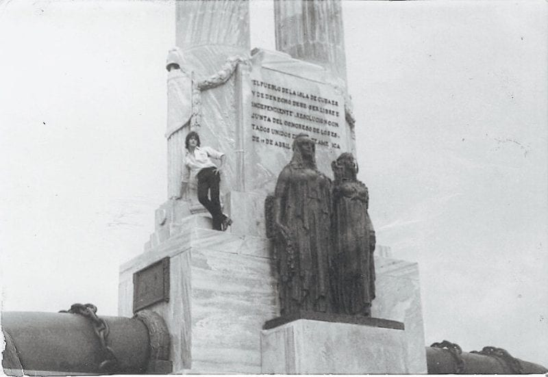 Martín en el monumento al Maine.