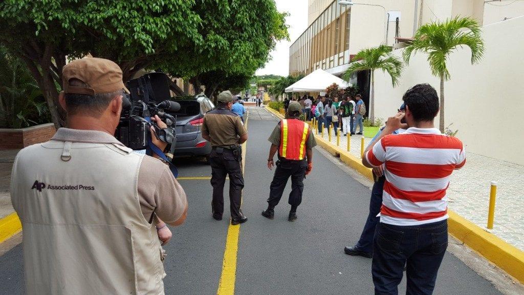 """Guardas de seguridad de la empresa El Goliat y la Policía Nacional impidieron la entrada a la """"consulta pública"""" del Canal. Carlos Herrera/Confidencial"""
