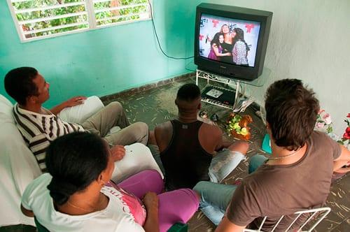 Es ridículo continuar censurando a la prensa nacional cuando los cubanos acceden a contenidos internacionales, en particular de Miami, a través del Paquete o las antenas satelitales.