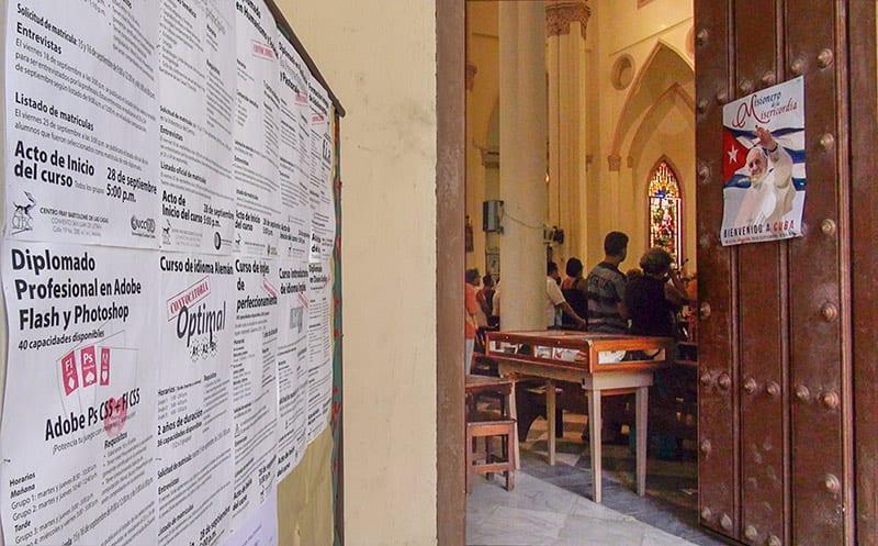 La Iglesia perdió sus colegios en los 60, pero desde hace unos años desarrola cursos de formacion profecional en los templos.