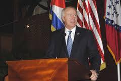 Asa Hutchinson en La Habana. Foto: prensalatina.cu