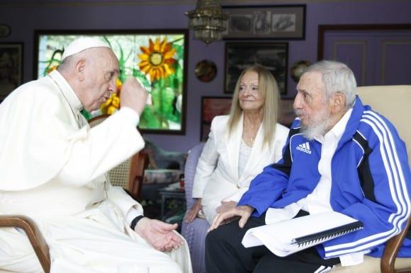 El Papa habla con Fidel Castro y su esposa Dalia Soto del Valle. Foto: Alex Castro
