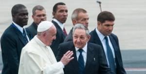 El papa Francisco y Raúl Castro en el aeropuerto Jose Martí de La Habana.