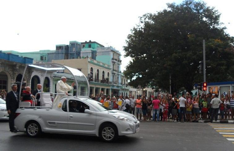 Recorrido del Papa por la Calle Reina.
