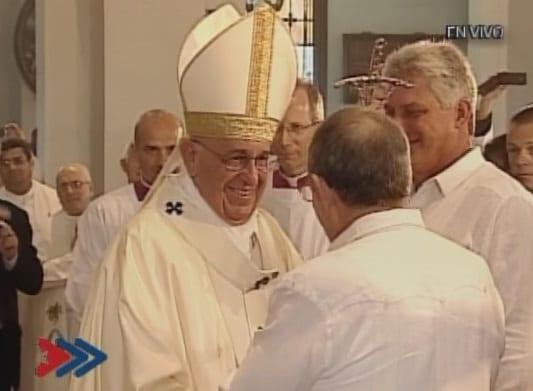 El papa Francisco y el presidente Raúl Castro saludan en Santiago de Cuba.  Observa el vicepresidente Miguel Diaz-Canel.  Foto: sierramaestra.cu