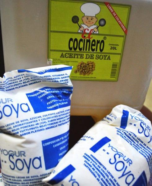 Foto del tanque de aceite con la bolsa de yogur de soya