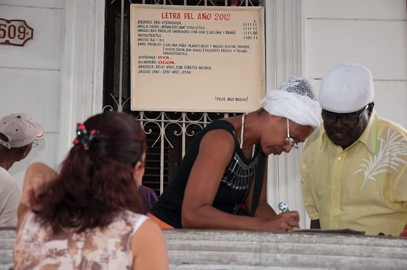 Lo justo sería que si la Iglesia Católica cuenta con acceso a la TV, también lo tengan los santeros, por ejemplo para la Letra del Año que tanto interesa a todos los cubanos. Foto: Raquel Pérez Díaz