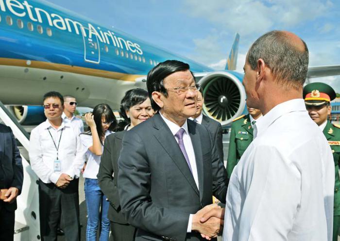 El viceministro de Relaciones Exteriores, Rogelio Sierra, despidió al presidente vietnamita Truong Tan Sang. Foto: Jose M. Correa/granma.cu