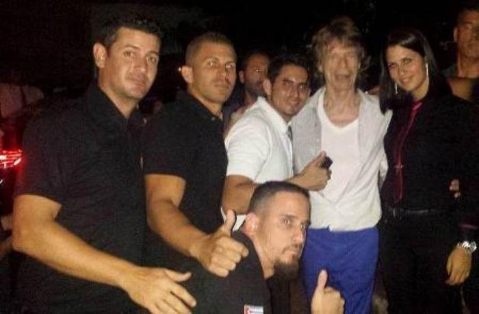 Mick Jagger con trabajadores del restaurante Sangri La