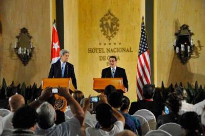 Bruno Rodríguez con John Kerry.