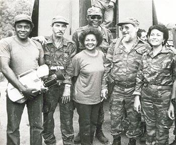 Graciella Hernández junto a Jorge Risquet, durante la guerra de Angola. Aparecen en la foto varios periodistas, entre ellos Miguel Viñas, fotógrafo de Prensa Latina, ya fallecido, y Teresita Segarra, de la TV cubana.