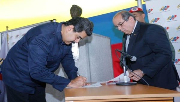 Maduro firmando acuerdo. Foto: telesurtv.net