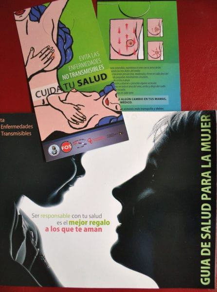 Plegables de la Federación de Mujeres Cubanas promoviendo una salud responsable.