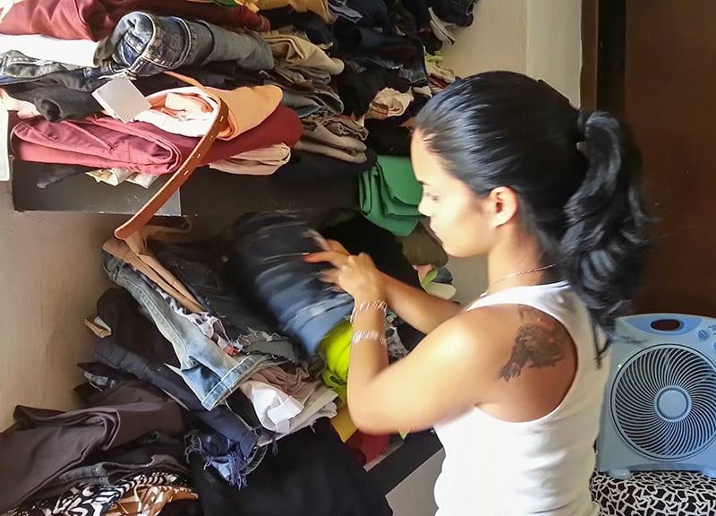 Tiendas clandestinas como esta son el destino final de mucha de la ropa reciclada de mejor calidad que importa el Gobierno cubano.