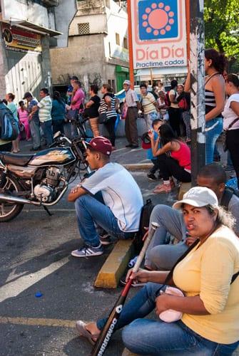 Cola en Caracas para comprar alimentos. Foto: Caridad