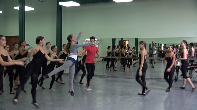 La compañía de Lizt Alfonso se nutre de bailarines de su propia cantera, en los talleres donde acuden los niños y niñas cubanos. Foto: Raquel Pérez Díaz