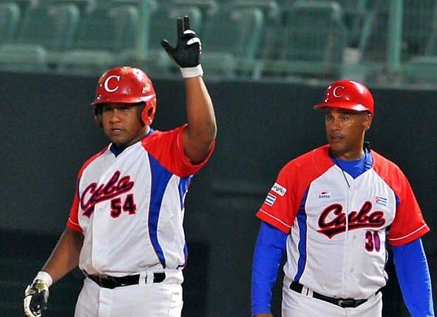 Alfredo Despaigne (izq.) con indiscutible en el séptimo inning se encargó de decidir el pase de Cuba a los 4tos de Final. (Foto por Ricardo López Hevia)