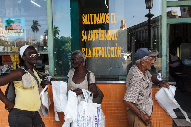 Elderly vendiendo bolsas plásticas para sobrevivir. Foto: Juan Suárez