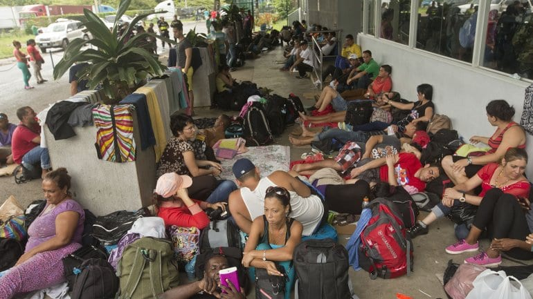 Cubanos esperando en la frontera de Costa Rica con Nicaragua.  Foto: prensa.com