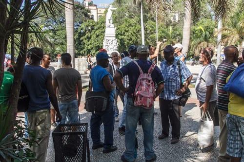 Hablando sobre pelota en el Parque Central de La Habana.