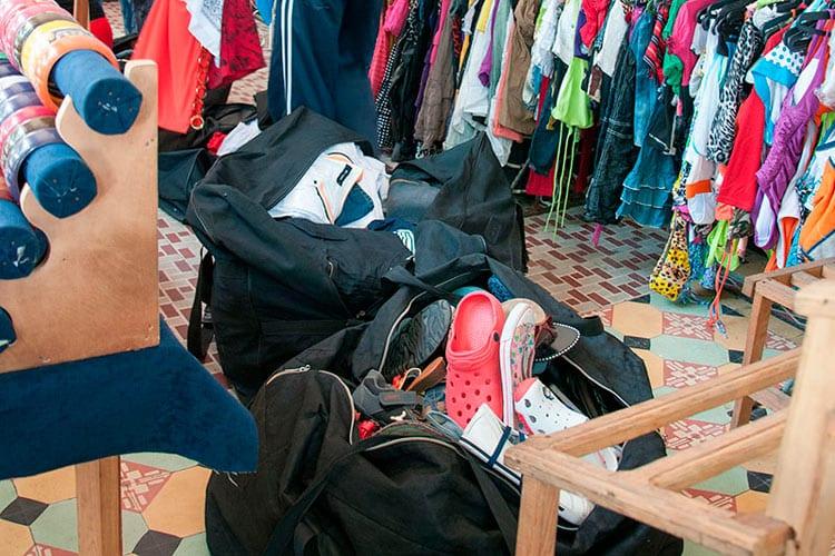 """La mayor parte de la ropa que venden los talleres de costura es, en realidad, ropa de contrabando """"reciclada"""". Foto: Raquel Pérez Díaz"""