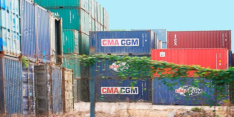 Mientras el Gobierno pasa años estudiando y haciendo pruebas para abrir mercados mayoristas particulares importan contenedores de mercancías para abastecer al creciente mercado interno. Foto: Raquel Pérez Díaz