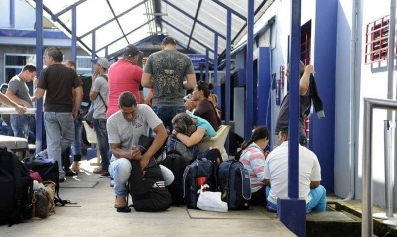Cubanos varados en la frontera.  Foto: La Nación de Costa Rica / El Nuevo Diario de Nicaragua. .