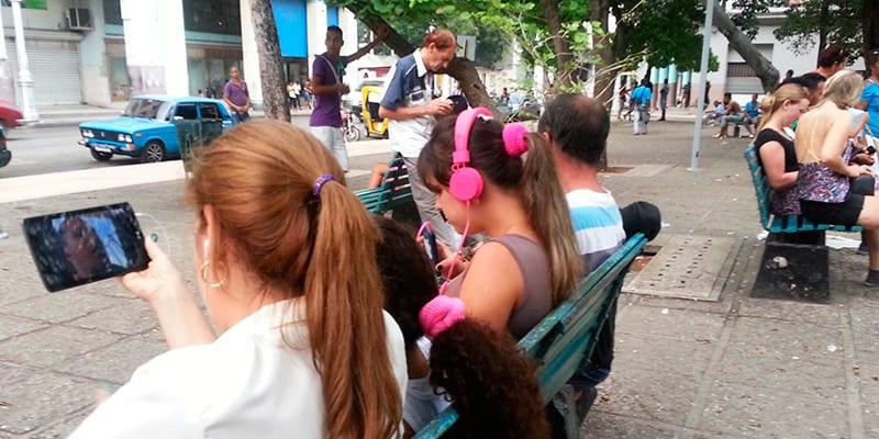 Con Internet, el Paquete, las antenas satélites y los medios digitales, terminó con el monopolio de los medios del gobierno cubano. Foto: Raquel Pérez Díaz